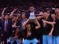 总决赛颁奖仪式 亚当斯夺FMVP新疆队高举冠军鼎