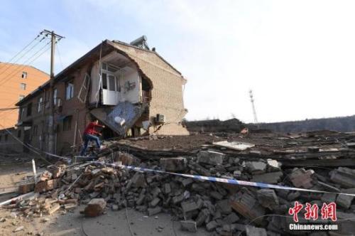 山西省临汾市浮山县民房爆炸现场一片狼藉。韦亮 摄