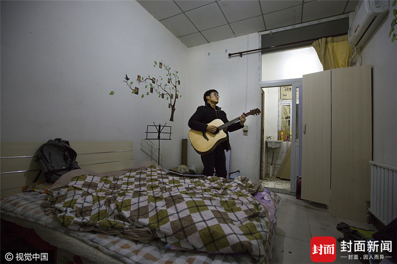 2017年3月26日,北京,周围,今年28岁,湖北钟祥人,来北京有两年时间,现在是一名程序员,月薪12000元。目前居住在海淀区西北旺附近的自建公寓,月租1400元。他来北京换过几次房子,有的网上租房照片跟实际差很多,通过同事介绍,才找到现在的住所。一个人在北京生活很孤单,周围下班后就在房间内弹吉他,打发时光。