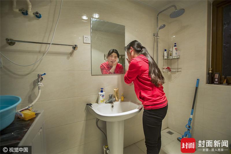 2017年3月29日,北京,胥景芳,今年30岁,河北承德人。毕业于河北旅游职业学院。2009年2月通过校招来到北京,目前从事商业运营工作,月收入达万元。现在住在生物医药基地附近,公司免费提供的单间,为她减轻不少压力。未来她想继续留在北京,最大的愿望就是能有一间属于自己的房子。