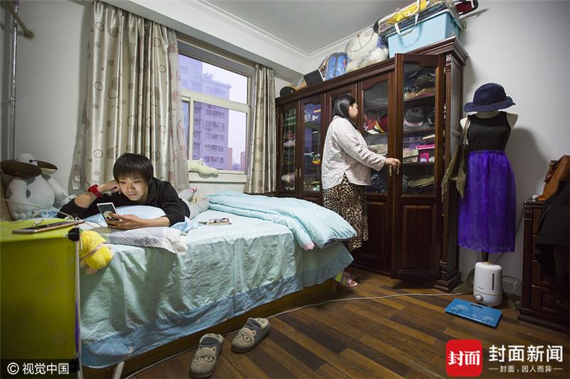 2017年3月30日,北京,柳艳(左一),今年36岁,来自吉林省四平市。2012年来到北京,目前是太平洋海底世界博览馆的美人鱼表演者,住在海淀区增光路43院的一个房间里,房租4000元\/月与室友均摊。她与室友关系不错,两个人合住也不会感到孤单,空闲时间,柳艳喜欢逛逛超市,到附近的街道上跑步锻炼。未来想留在北京,继续从事她热爱的美人鱼表演和潜水行业。