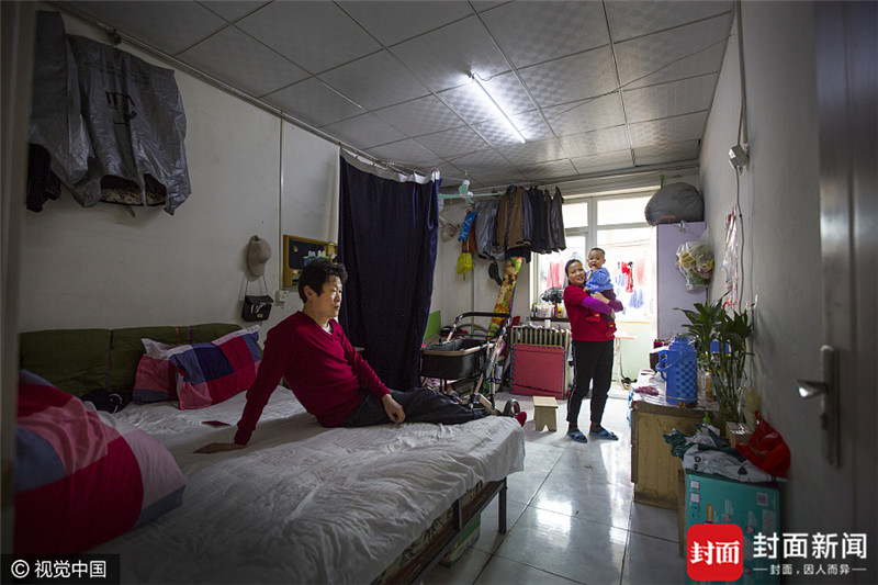 2017年4月2日,北京,54岁的杨万平(左一)来自安徽芜湖,3月份刚和妻子从上海来到北京,为了照顾不满1岁的孙子,和儿子夫妇俩一家五口人居住在大红门东门里小区的一个房间里,仅用帘子遮挡,房租1600元\/月。儿子是水电维修工,儿媳妇是服装店员,年轻夫妻月收入6000元刚刚够整个家庭的每月开销。等孩子到了上学的年龄,他们就回老家,过安稳的日子。