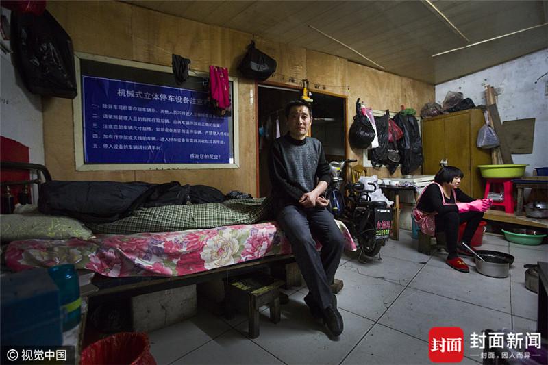 2017年4月2日,北京,上官绪明(左一),今年54岁,来自河南。1991年来到北京,一直推三轮车在街头卖水果,生意时好时坏,平均每月有6000元的收入。目前和女儿两人在大红门建材市场租了一套房,房租2000元\/月。他表示,在北京卖水果,比在老家赚钱,但是最害怕遇到城管,不仅把车货没收,还要罚款,未来等干不动了,就回老家打个店铺接着卖水果。