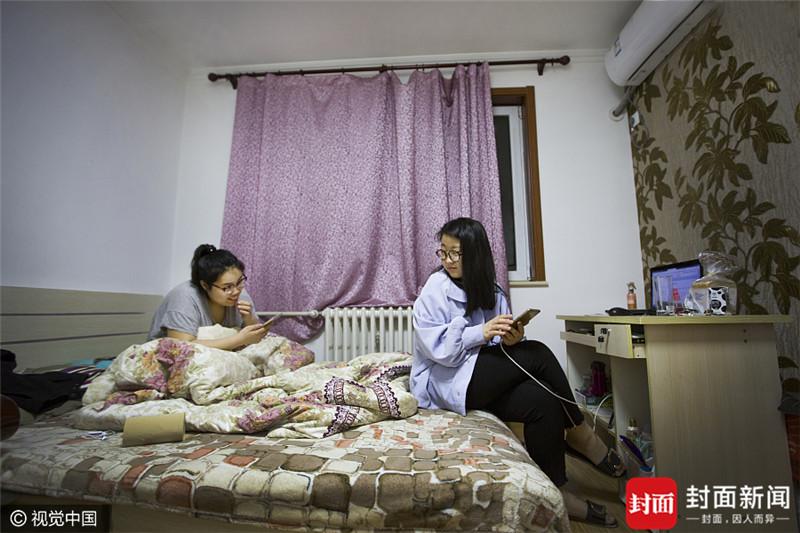 2017年4月4日,北京,秦宇婷(右一),24岁,来自山西太原。去年7月份毕业,目前是一名服装设计师,妹妹秦宇琪从事美容行业,两人月收入合计8000元,居住在丰台区德鑫嘉园小区,房租1750元\/月。因为工作地点比较远,宇婷每天都要赶最早班的地铁,等8月租约到期后,会考虑换个近一些的住所。