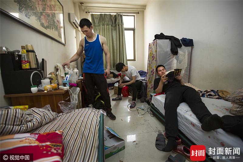 2017年4月5日,北京,张海启(右一),28岁,山东郓城人。4月份刚来北京,在朝阳区东旭天池摔跤馆练习中国摔。准备5月份和队友们一起去葫芦岛参加全国摔跤锦标赛,目前住在场馆内的集体宿舍。2010年,张海启曾来北京学习摔跤,在地下室住了两年后。张海启现在在济南经营着一家蔬菜粮油店,业余时间钻研中国摔,经常去各个地方参加比赛。