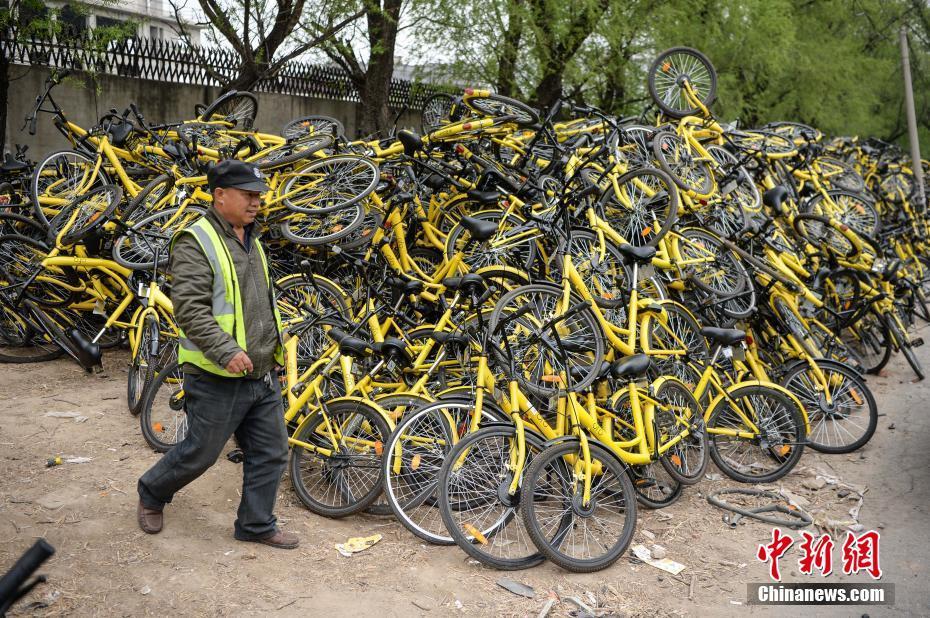 """据维修点工作人员介绍,该处自2月初开始,每天都会接收成百上千辆故障单车,而这个维修点还只是北京数个类似站点的""""冰山一角""""。 中新社记者 崔楠 摄"""