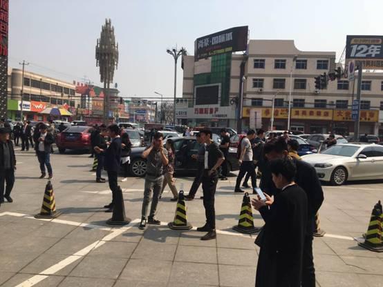 4月3日上午,凤凰国际城门口聚集的中介与购房者 陈蓉/摄