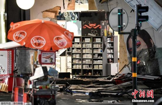 资料图:遭卡车撞击的商场店铺受损严重。皇后大街是斯德哥尔摩一条著名商业步行街,许多大商店都聚集于此。