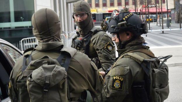 【环球网综合报道】据美联社4月7日报道,一辆卡车当天冲入瑞典首都斯德哥尔摩市中心的一家百货超市。目前已经造成5人死亡。