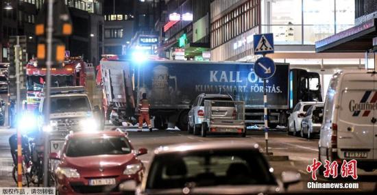 嫌犯驾驶卡车高速冲入市中心皇后街人群,最终撞向一处购物中心。