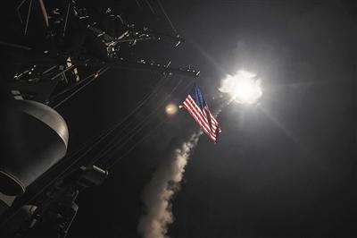 当地时间7日凌晨,美军战舰从地中海向叙利亚中部一座军用机场发射近60枚巡航导弹。