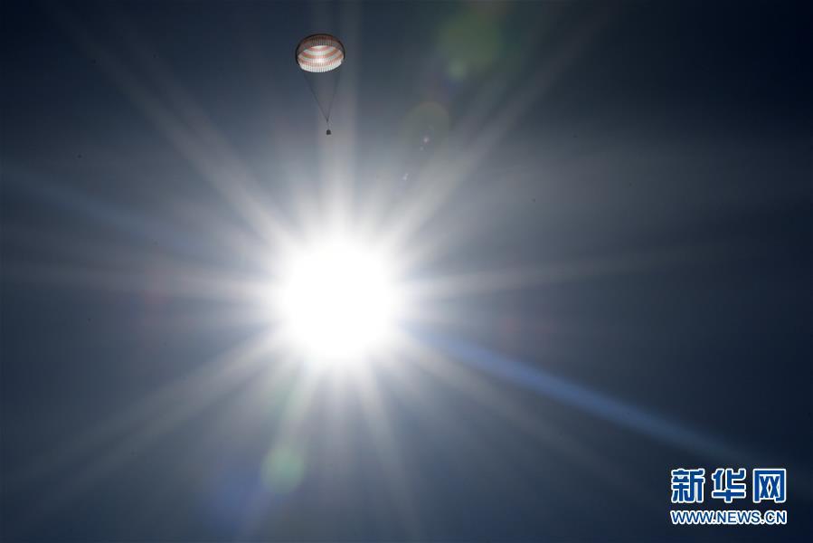 4月10日,在哈萨克斯坦杰兹卡兹甘附近,美国宇航员沙恩・金布罗(前左)、俄罗斯宇航员谢尔盖・雷日科夫(前中)和安德烈・鲍里先科(前右)安全着陆。 10日,三名宇航员从国际空间站成功返回地球,并在哈萨克斯坦着陆。 新华社/路透