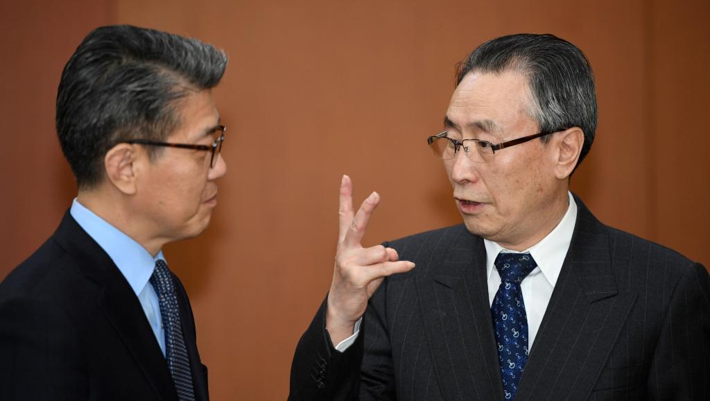 武大伟(右)会见韩国外长尹炳世