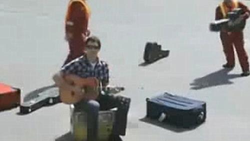 加拿大歌手戴夫·卡罗尔因吉他被美联航行李工摔坏索赔未果,写歌讲述这件事,结果网络爆红。