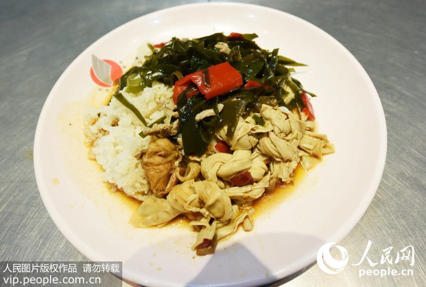 """4月10日,学生在杭州师范大学的""""2元盖浇饭""""窗口购买午饭。"""