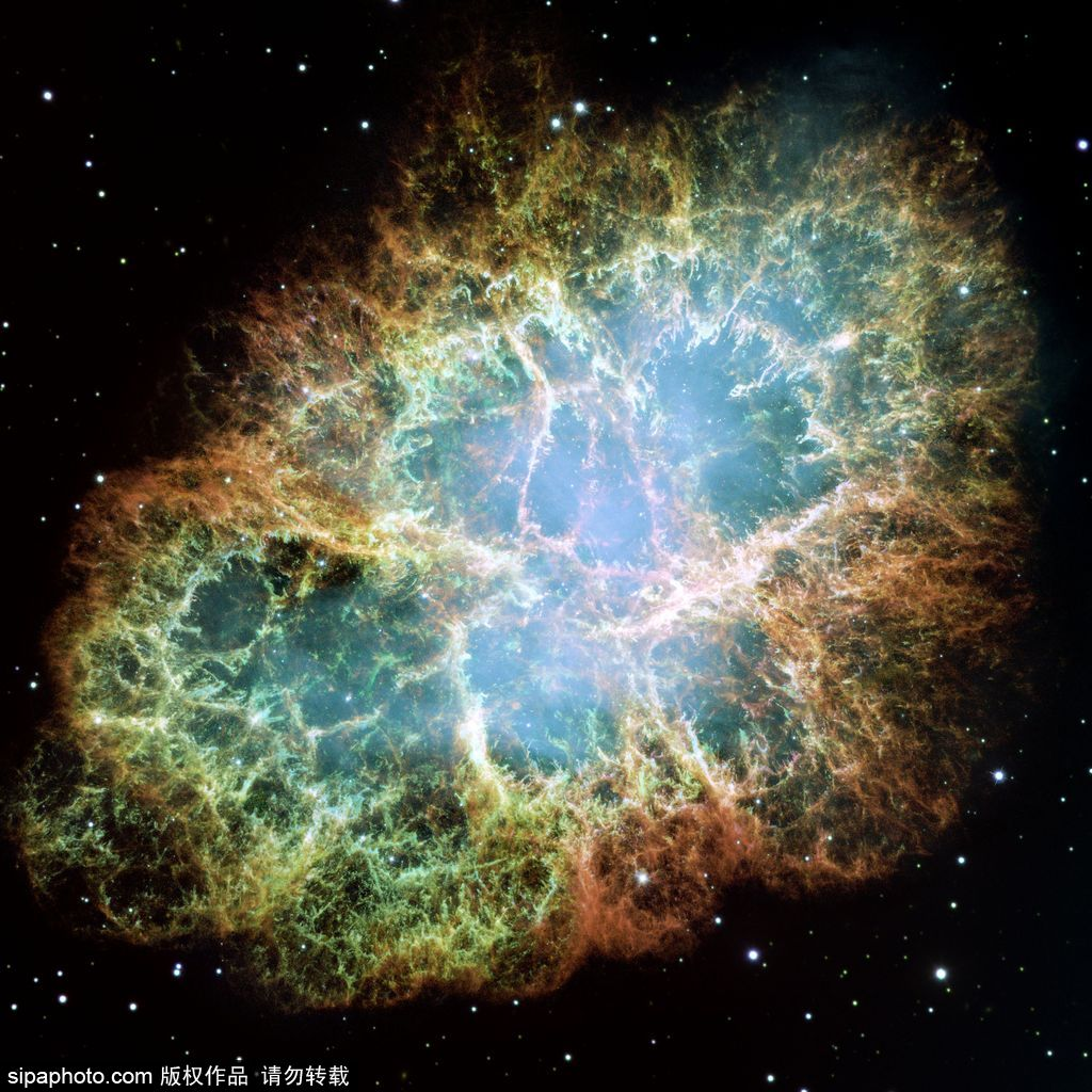 这张照片是著名的蟹状星云(Crab Nebula)中心部分的合成图像,一颗城市大小的、每秒旋转30次的磁中子星蟹状星云脉冲星位于该图的中心。这张壮观的图像合成了来自哈勃太空望远镜(Hubble Space Telescope)的光学图像(红)和来自钱德拉卫星( Chandra Observatory)的X射线图像(蓝),这也曾被用于广为流传的蟹状星云动画(Crab Pulsar movies)中。脉冲星就像一部宇宙发电机,从核心发射X射线和光学辐射,加速带电粒子产生奇异的炽热的X射线喷流。像环一样的结构是X射线发射区,在这里高能粒子猛烈撞击星云物质。最里面的环大约有一光年左右。中心的脉冲星是由大质量恒星塌缩形成的,它的质量比太阳要大而密度和原子核差不多,而星云则是由恒星外层膨胀所形成的。这颗超新星的爆发在1054年被人们观测到。