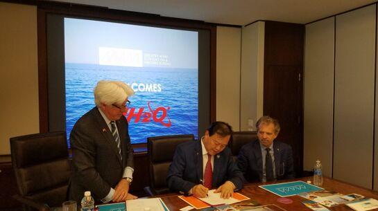 李浩杰(中)与塔尔伯特(右一)签署水上F1合作协议
