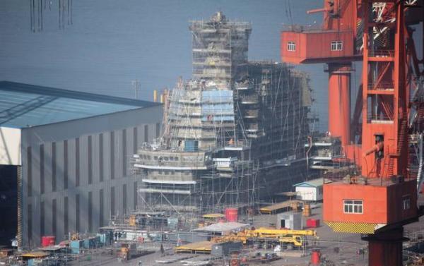 中国首艘国产航母正在开展舾装工作,可能于近期下水。 人民网 图