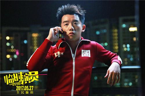 郑恺倚靠阳台接电话
