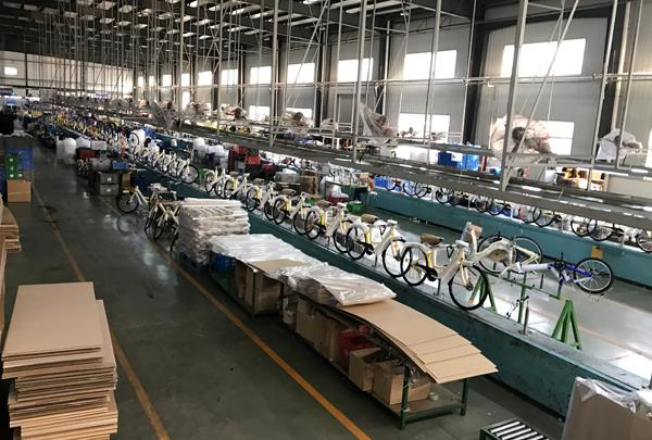 天津飞鸽自行车厂生产线上等待下线的共享单车。澎湃新闻记者 张炎良 图