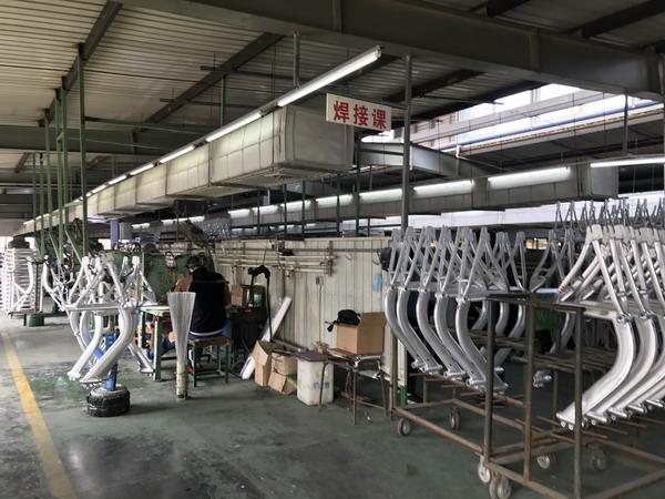王庆坨镇当地的天津聚友自行车公司是摩拜单车的车架供应商之一。澎湃新闻记者 张炎良 图