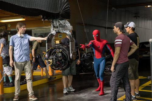 蜘蛛侠与导演乔-沃茨在片场沟通