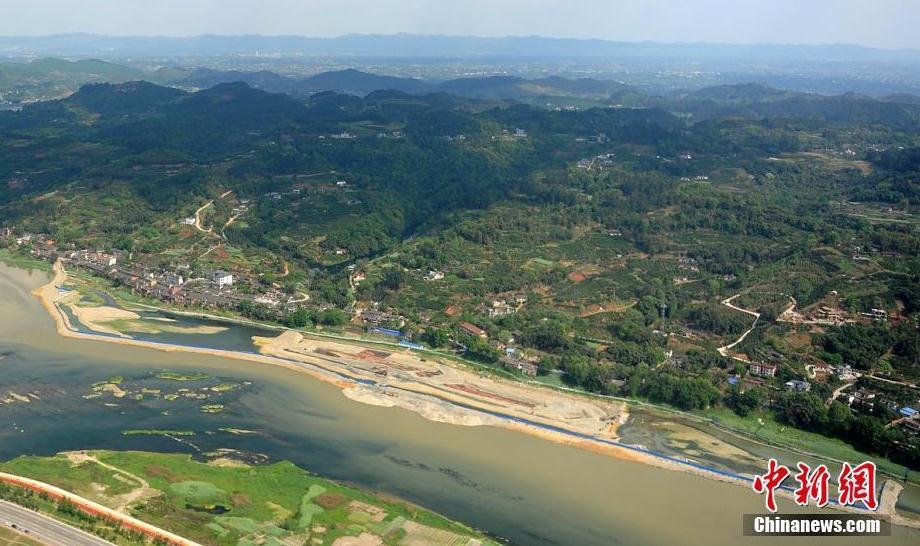 图为空中俯瞰彭山江口古镇和考古发掘现场。 刘忠俊 摄