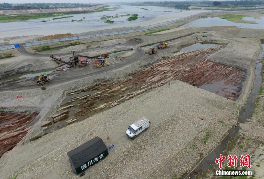 图为考古发掘后岷江河道古河床露出真容。 刘忠俊 摄