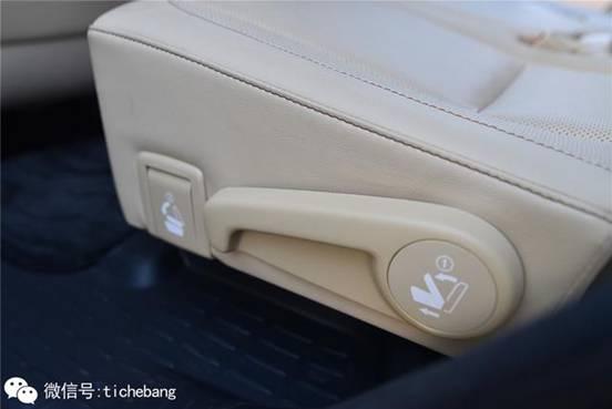 靠前的开关作用是完全放平第二排座椅,而靠后的拉手则是移动第二排座椅