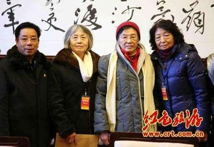 谢静宜(右二)和毛主席身边工作人员张玉凤(左二)、李志芬(右一)。