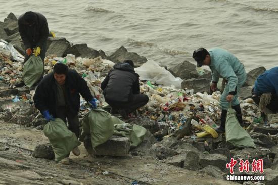 资料图:生活垃圾威胁上海饮用水源地,长江口清理垃圾。张亨伟 摄