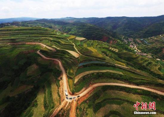 梯田是在坡地上分段沿等高线建造的阶梯式农田。是治理坡耕地水土流失的有效措施,蓄水、保土、增产作用十分显著。 杨艳敏 摄