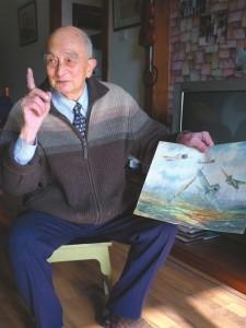 陈应明拿着他的画讲飞虎队的故事