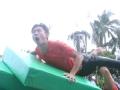 《高能少年团片花》张一山惨遭王俊凯砸落水 使坏推走对手道具