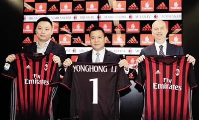 当地时间14日,中资入主AC米兰正式完成召开发布会,李勇鸿(中)手持球衣亮相。