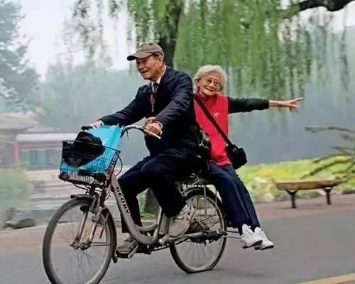 90岁老人身价千亿却每天骑自行车上班,或许我们都欠他一句谢谢