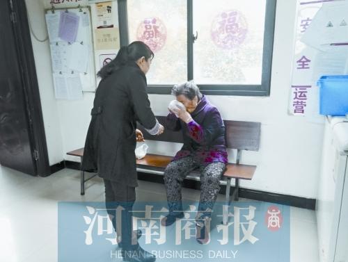 郭天玲给翟老太太买来豆浆和包子