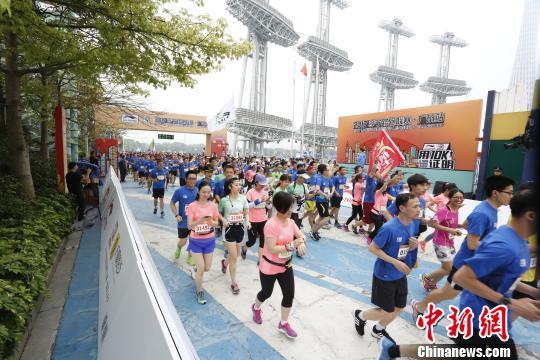 作为全国知名路跑赛事之一,2017李宁路跑联赛首站,即广州站比赛16日在广州海心沙公园鸣枪,这项耗时近8个月,横跨15座城市的跑步联赛正式拉开序幕。 何菁 摄