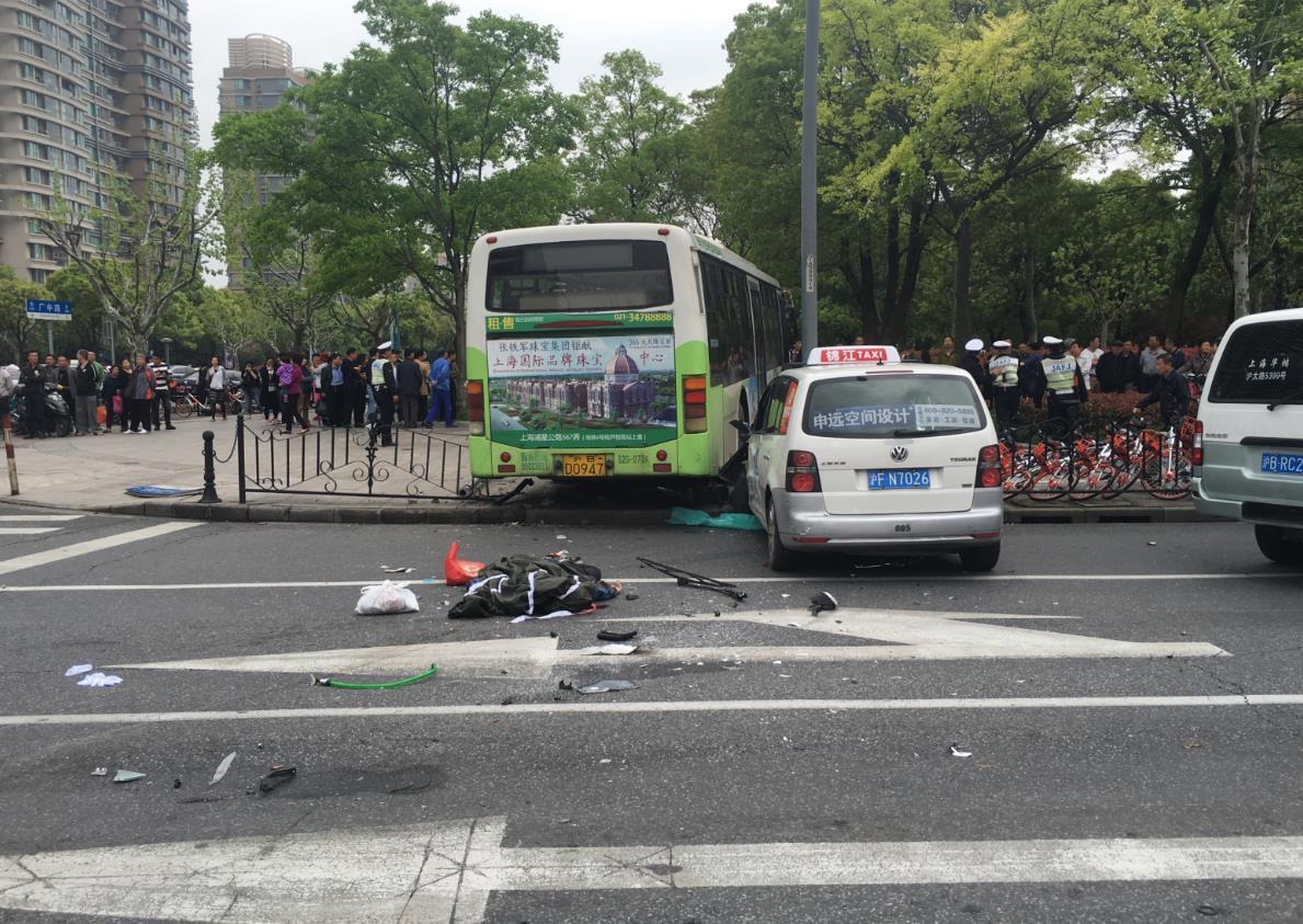 上海一公交车撞上人行道 现场确认一人死亡