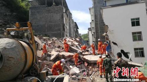 陕西山体滑塌致7人被困 省委书记要求全力救援