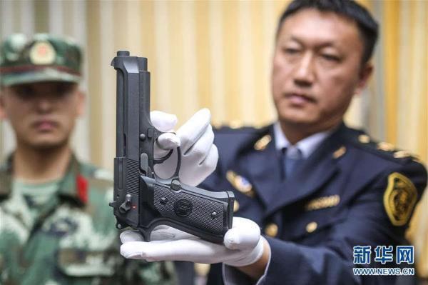 青岛机场检验检疫局工作人员在入境快件中查获的仿真枪支。图片均来自新华网