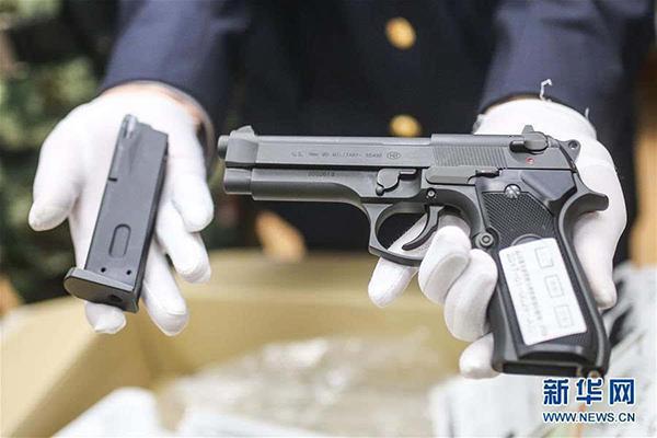"""按照法律规定,如果非法携带2支以上枪口比动能大于等于1.8焦耳的""""仿真枪""""入境,就已涉嫌走私武器、弹药罪。检验检疫部门提醒中国公民:中国法律严禁任何单位或个人违反法律持有、制造、买卖、运输、邮寄、储存枪支弹药,严禁制造、销售仿真枪。无论出于何种目的,走私枪支弹药都是触犯中国刑法的严重犯罪行为。"""