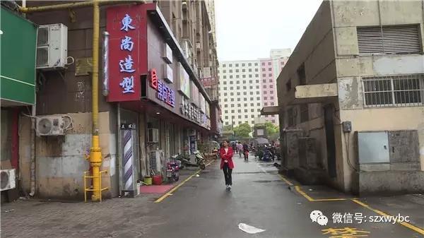 多位目击者透露,孩子是从居民楼的5楼坠落的,由于这栋楼是复式跃层,实际上5楼相当于一般居民楼的10楼的高度,危险性不言而喻。发现孩子坠楼后,有人立刻报了警,后来孩子的家属也赶到了现场。