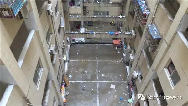 一个七岁的男孩为什么会从5楼坠楼呢?记者经过多方打听,在苏州大学附属儿童医院找到了受伤的孩子。