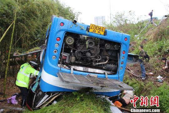 浙江甬金高速一实载26人大客车在高速上翻车多人伤