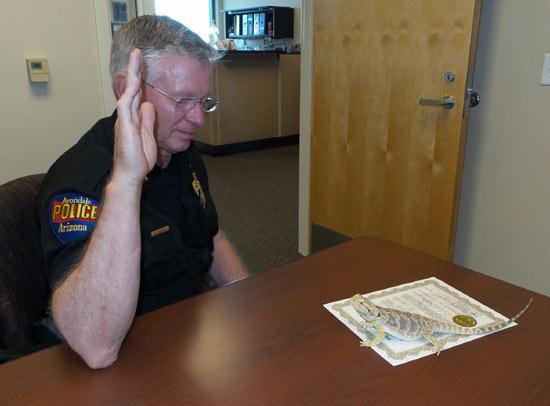 美国蜥蜴警员宣誓就职 搜查违禁药物比警犬好用