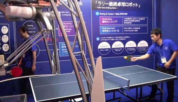 这台机器人可通过球台上的传感器,以80次/秒的速度测算出对手的位置、球的旋转和速度,然后判断球的落点,并将球回击,回球误差为±5cm。