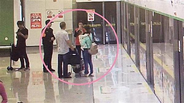 在众人的帮助下,战争机器桌面图标婴儿母亲接回孩子。 警方供图