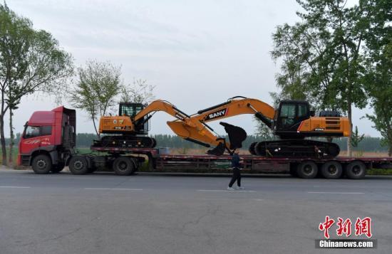 资料图 大型工程车经过雄安新区白洋淀附近的公路。 中新社记者 翟羽佳 摄