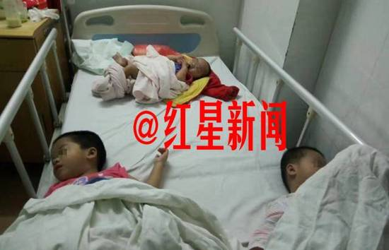 三小孩在医院休息 图据志愿者